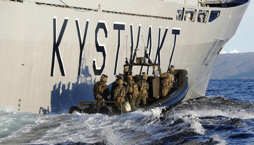 Den nye sikkerhetspolitiske konteksten krever at forsvaret av Norge er en oppgave for alle, skriver innleggsforfatterne. Her ser vi operatører fra Marinejegerkommandoen (MJK) trenesammen med Kystvakten.