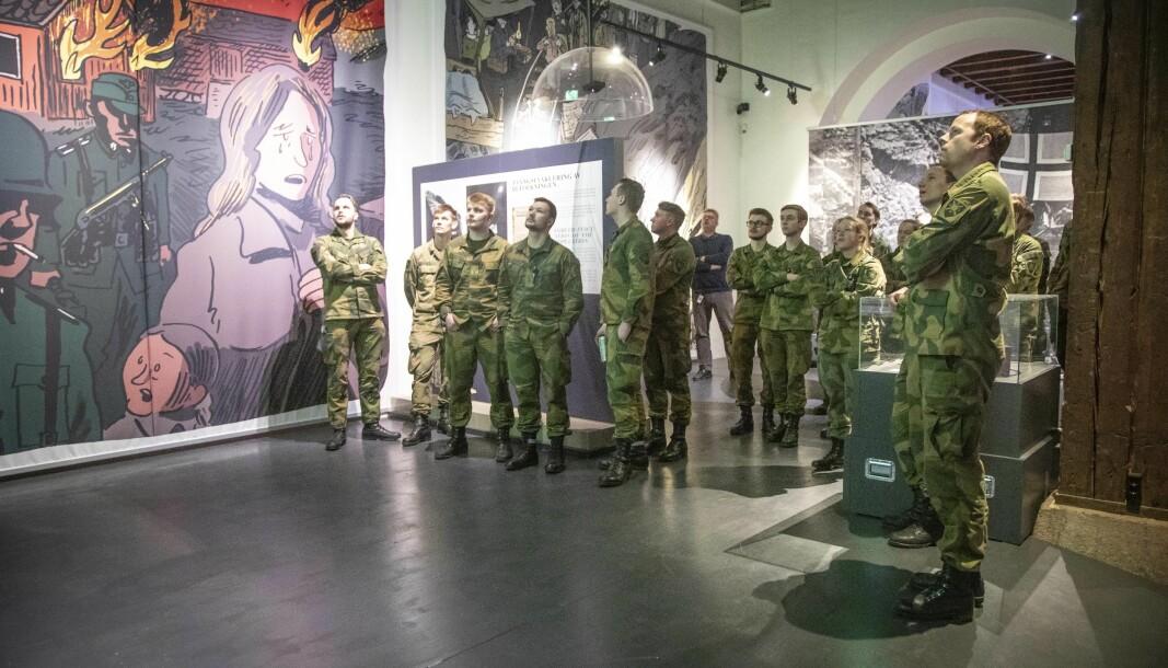 Finn fram blanke ark og realisme og lag en «Plan B» basert på de reelle rammefaktorene for museumsvirksomheten, skriver Askild Antonsen. Her ser vi Cybertekniker-elever på besøk i Forsvarsmuseet.