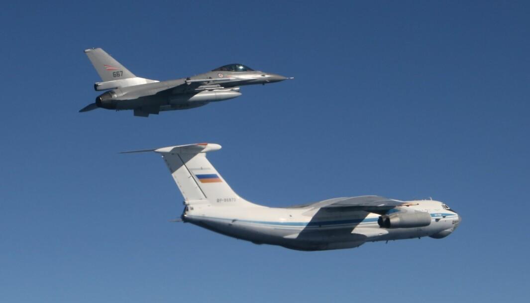 Russland har økt aktiviteten nær Natos luftrom. Bildet viser et russisk transportfly og et norsk F-16 i forbindelse med oppdraget Baltic Air Policing i 2015.