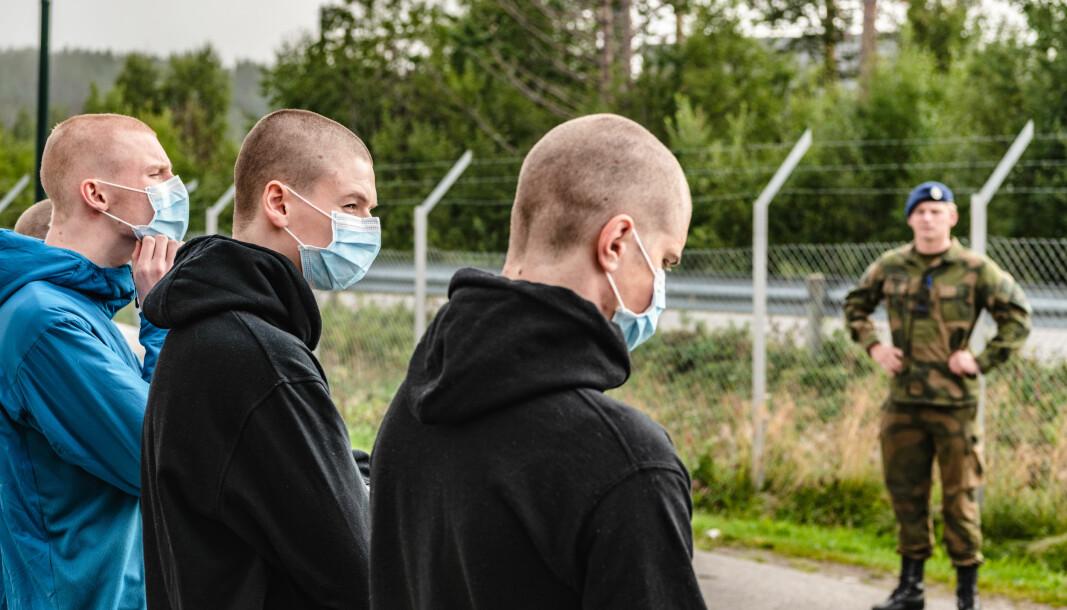 INNGRIPENDE: Soldater i førstegangstjeneste lever under svært inngripende tiltak, skriver Sondre Skytteren. Her ser vi innrykk med korona-tiltak på Skjold leir.