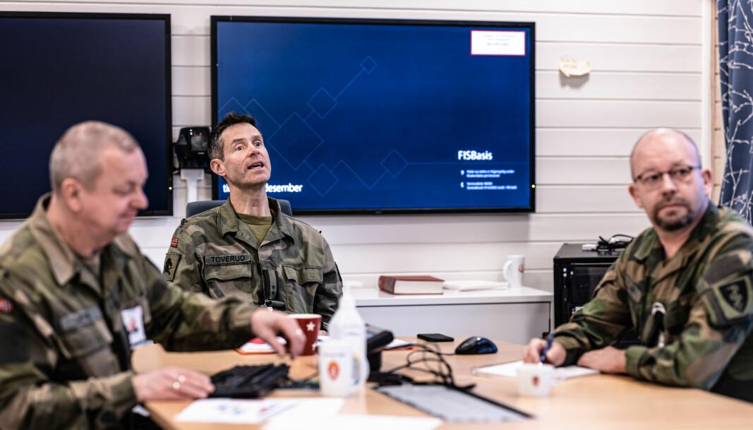 Ole Gunnar Sætre (t.v.) Simen Forr Toverud og Audun og Audun Skaret har utarbeidet retningslinjer for å forhindre smittespredning av COVID-19 i Forsvaret.