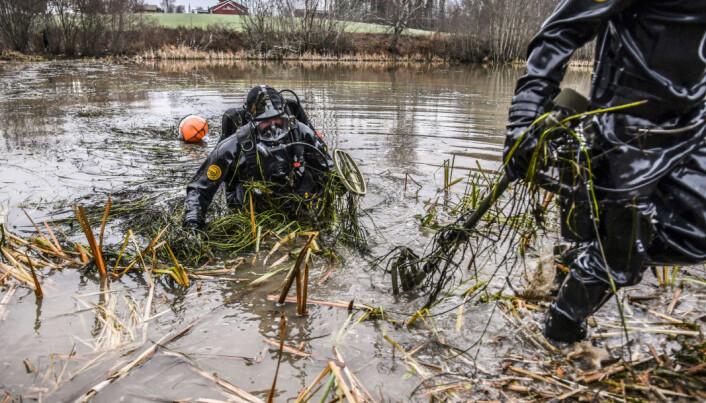 Operatører fra Minedykkerkommandoen (MDK) bistår politiet i Øst politidistrikt og Kripos i letingen etter et mulig drapsvåpen på bunnen av en vanningsdam i Indre Østfold.