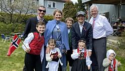Barn og barnebarn feirer 17. mai hjemme på Hellerud.