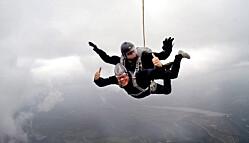 I fallskjerm over Rena.