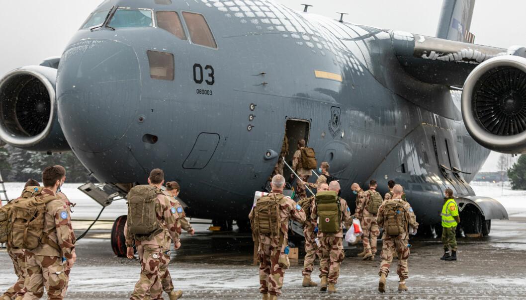 PRIORITERT: Norsk personell fra kontigenten NORTAD III, som skal tjenestegjøre i FN-operasjonen MINUSMA i Mali, på vei til å gå ombord i transportflyet Boeing C-17 Globemaster III, på Luftforsvarets base Gardermoen i desember.