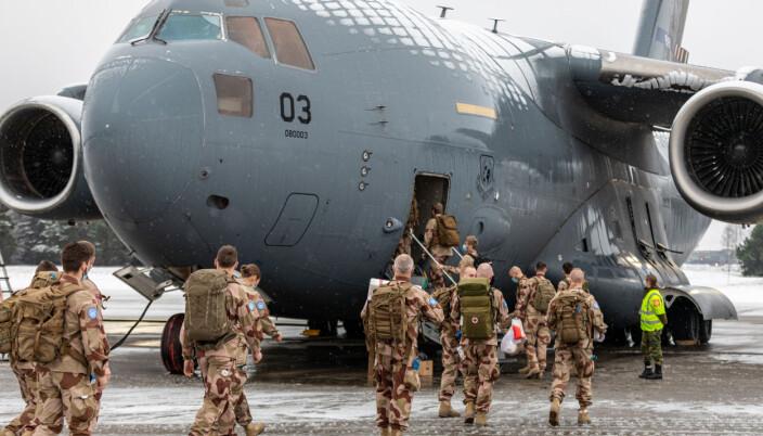 Norsk personell fra kontigenten NORTAD III, som skal tjenestegjøre i FN-operasjonen MINUSMA i Mali, på vei til å gå ombord i transportflyet Boeing C-17 Globemaster III, på Luftforsvarets base Gardermoen.