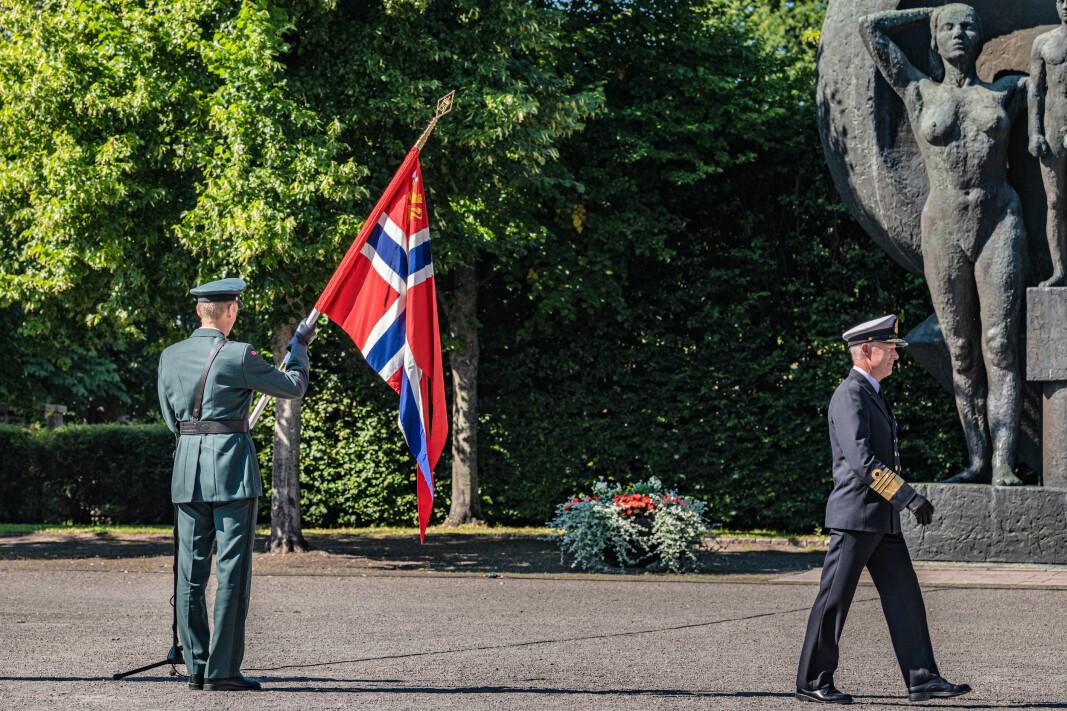 17. august tok general Eirik Kristoffersen over kommandoen som forsvarssjef. Her holder han forsvarssjefens kommandoflagg, mens admiral Haakon Bruun-Hanssen etter sju år i sjefsstolen er takket av.