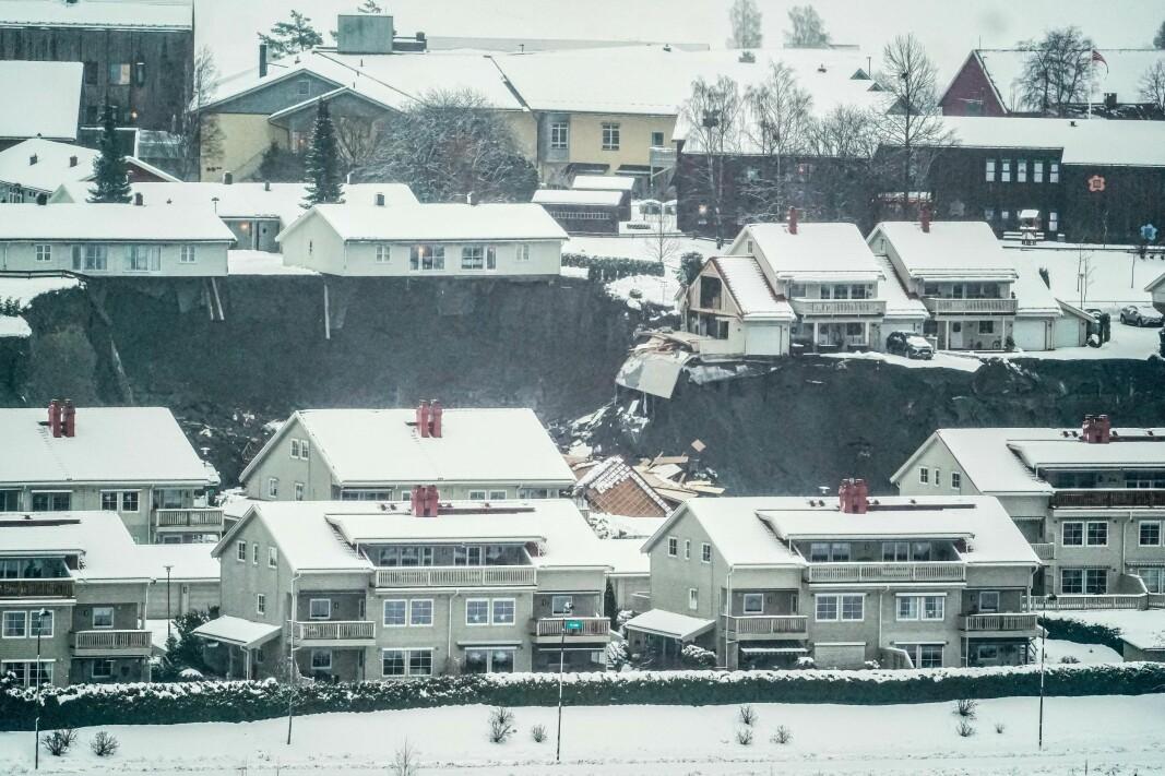 ØDELAGT: flere hus er tatt av jordskredet i Gjerdrum og flere hundre personer er evakuert.