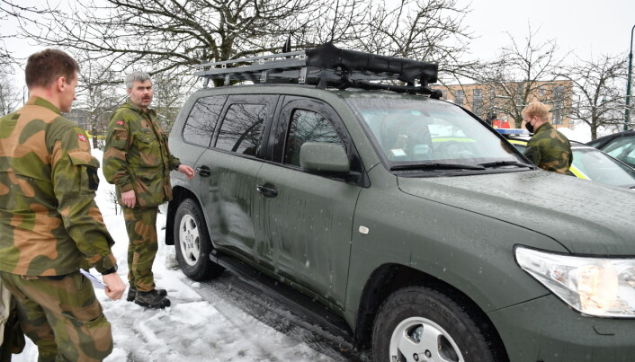 Kaptein Jørn Landerud (i midten) og soldater fra innsatsstyrke Derby på plass i Gjerdrum.
