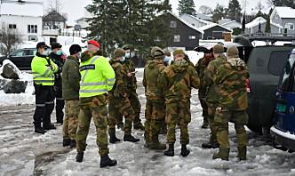 Soldater fra Heimevernet sikrer området rundt raset