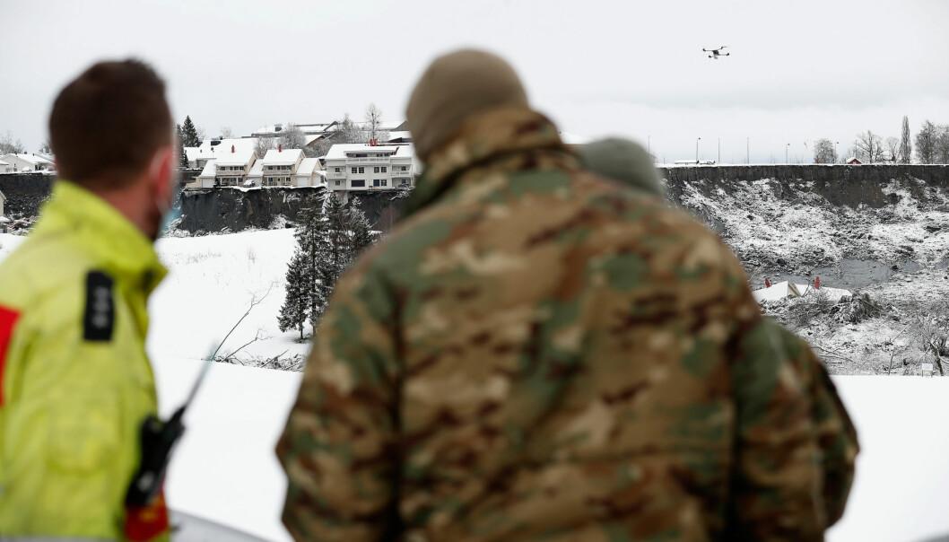 DRONER: Forsvaret støtter søk- og redningsmannskaper og politiet i forbindelse med jordraset på Ask i Gjerdrum. Her er en operatør fra Forsvarets spesialkommando (FSK) med en drone som brukes i søk- og redningsarbeidet.