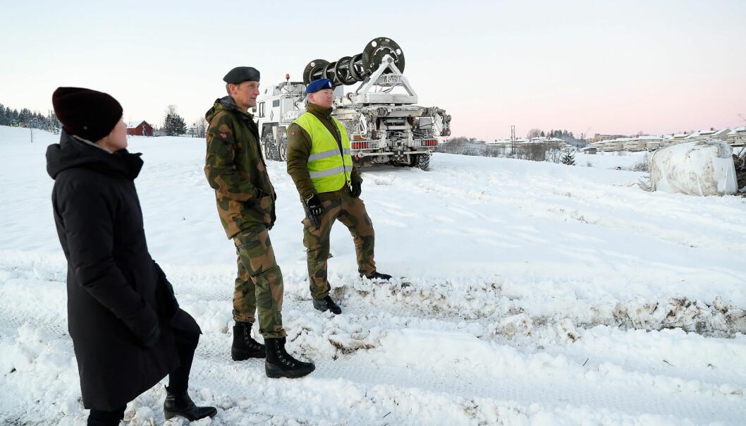 BESØKTE RASOMRÅDET: Forsvarssjefen, general Eirik Kristoffersen, besøkte søndag soldater som deltar i forskjellige oppdrag etter raset på Gjerdrum. Her med Runar Jeistad fra Brigade Nord.