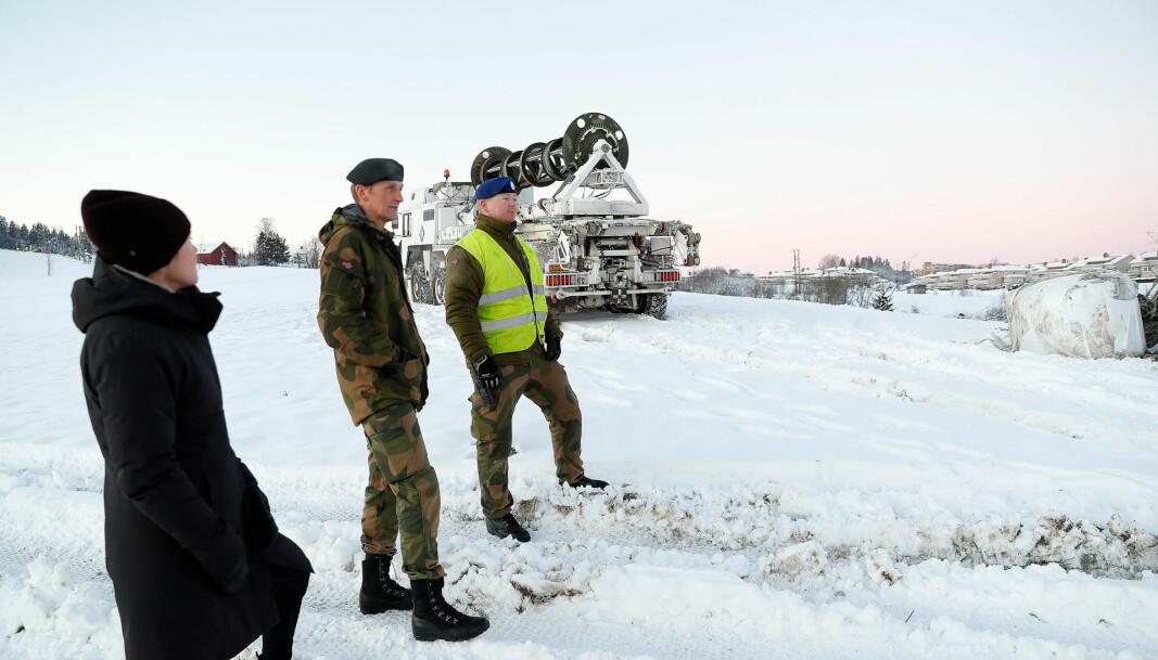 Forsvarssjefen, general Eirik Kristoffersen, forteller at Forsvaret har bistått med blant annet luftfartskontroll og sikret ulykkesstedet. Her er han sammen med Runar Jeistad fra Brigade Nord.