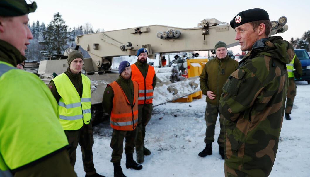 BROLEGGERE: Forsvarssjef Eirik Kristoffersen besøker soldater som deltar i forskjellige oppdrag etter raset på Gjerdrum. Her med ingeniørsoldater fra Brigade Nord.