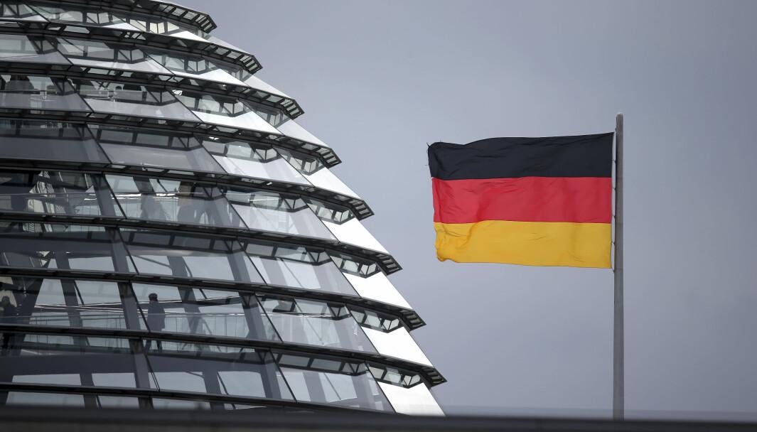 Et tysk flagg vaier i vinden nær domen i Reichtag-bygningen i Berlin, der nasjonalforsamlingen Bundestag møtes.