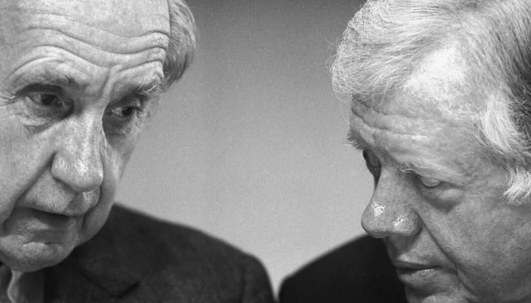 Sir Brian Urquhart (til venstre), her sammen med USAs tidligere president Jimmy Carter 17. november 1987, er død, 101 år gammel.