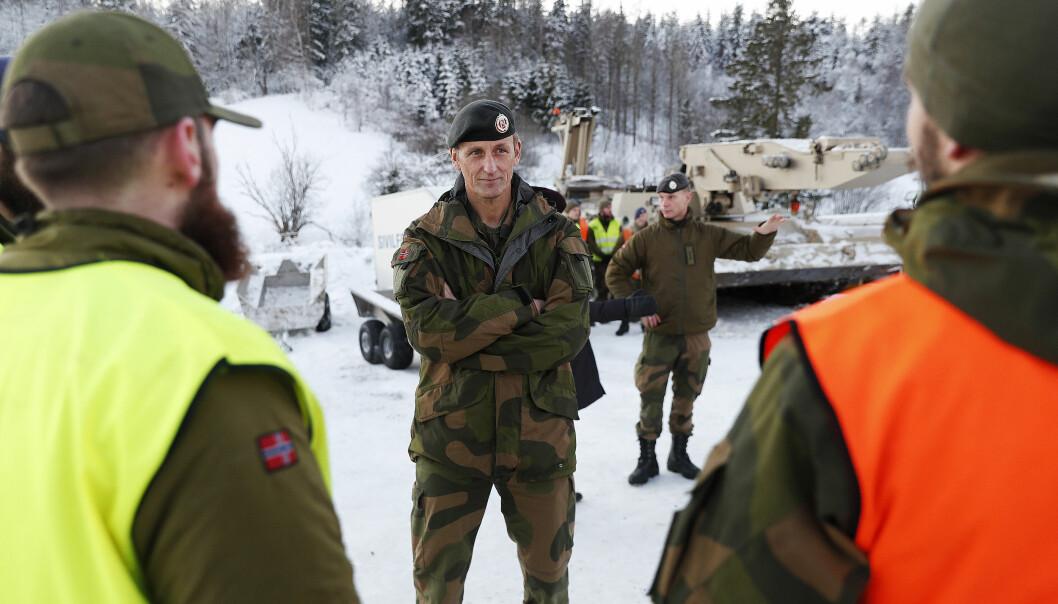 Forsvarssjef General Eirik Kristoffersen besøker soldater som deltar i forskjellige oppdrag etter raset på Gjerdrum, her med ingeniør soldater fra Brigade Nord.