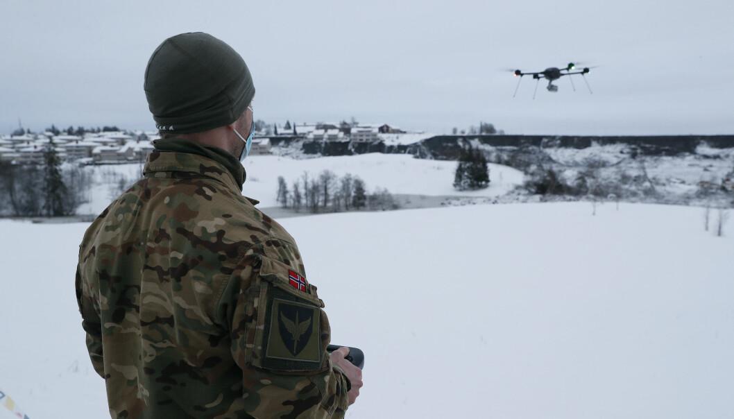 Fra Gjerdrum hvor Forsvaret har støttet søk- og redningsmannskaper i forbindelse med jordraset. En operatør fra Forsvarets spesialkommando operer en drone under søket.