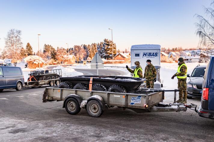 LEIRSKRED: Her står Heimevernet vakt ved veien som brukes til å frakte inn og ut personnell, utstyr og annet.