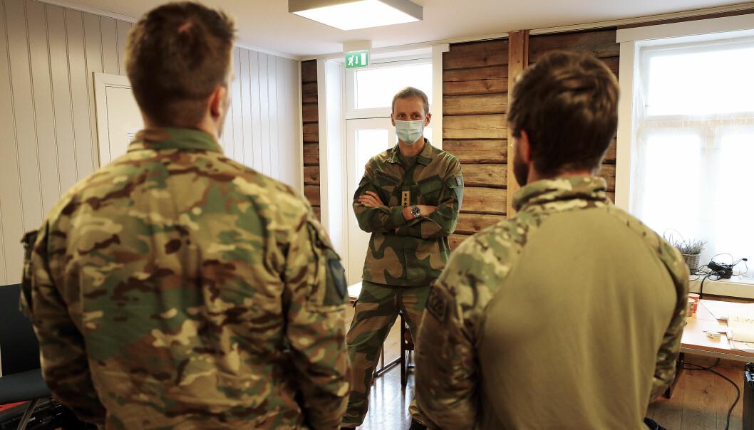 Forsvarssjef Eirik Kristoffersen besøkte personell som rykket ut til skredet i Gjerdrum kommune.