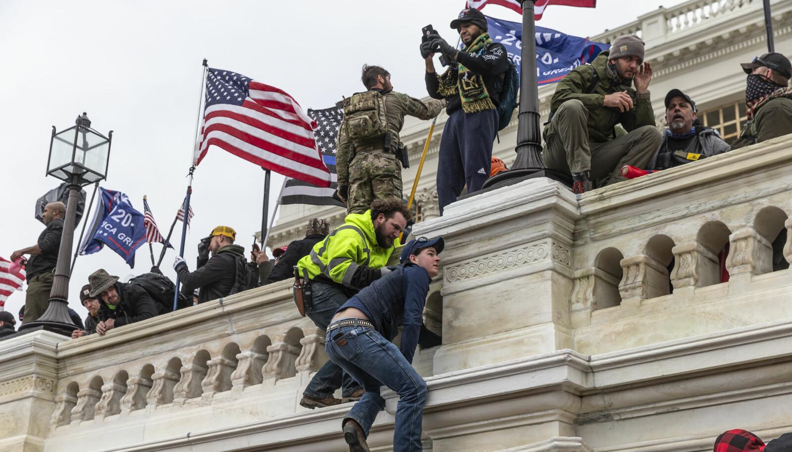 Pro-Trump-demonstranter klatret opp på Capitol hvor Kongressen holder til.