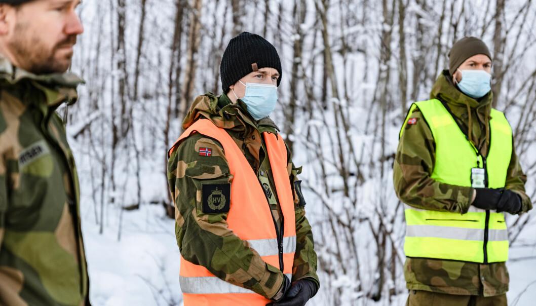 HV-soldater passer på skredområdet.