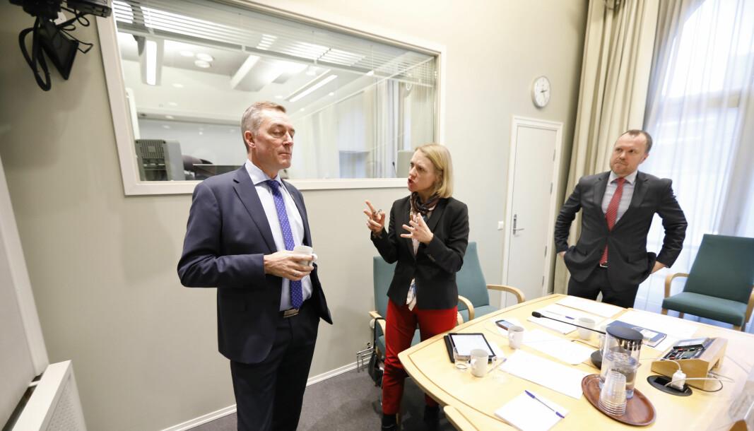 Forsvarsminister Frank Bakke-Jensen (H)(tv) i diskusjon med leder av Utenriks- og forsvarskomiteen Anniken Huitfeldt (Ap) og komitésekretær Rune Skjerve. Bildet er fra en høring om Andøya i 2018.