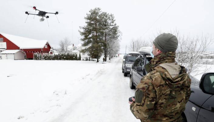En operatør fra FSK med en drone på Gjerdrum.