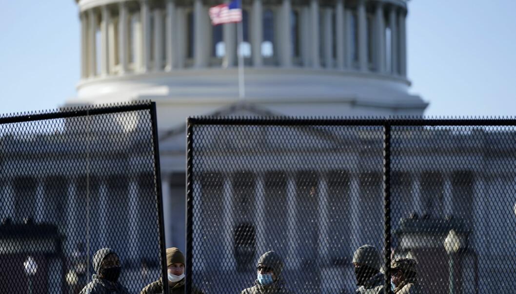 Soldater i Nasjonalgarden står vakt utenfor kongressbygningen torsdag.