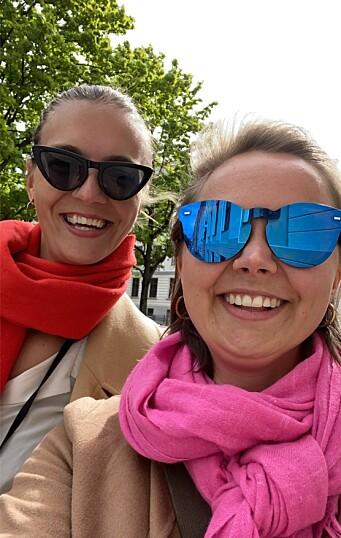 Louise Thommessen (t.v.) og Andrea Rognstrand (t.h) etter en av mange lange arbeidsdager på kontoret.