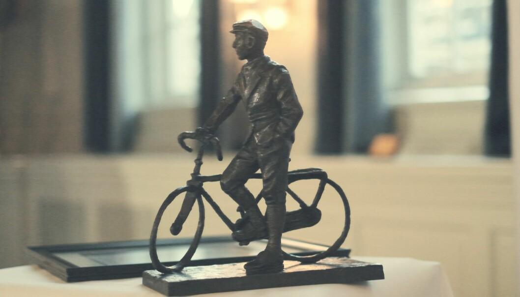 Prisvinneren får en kopi av «Mannen på sykkelen», statuen av Gunnar Sønsteby signert av billedkunstneren Per Ung.