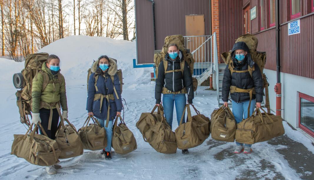 Rekrutter som har hentet ut personlig bekledning og utrustning (PBU) på depot.