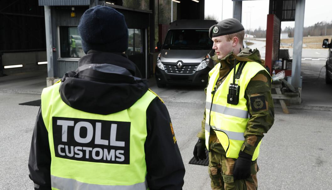 KONTROLL: Soldater fra Heimevernet har støttet Politiet med grensekontroll. Anniken Huitfeldt mener forslaget som kan åpne for et portforbud der Forsvarets ressurser kan bli brukt, er svært kritikkverdig.