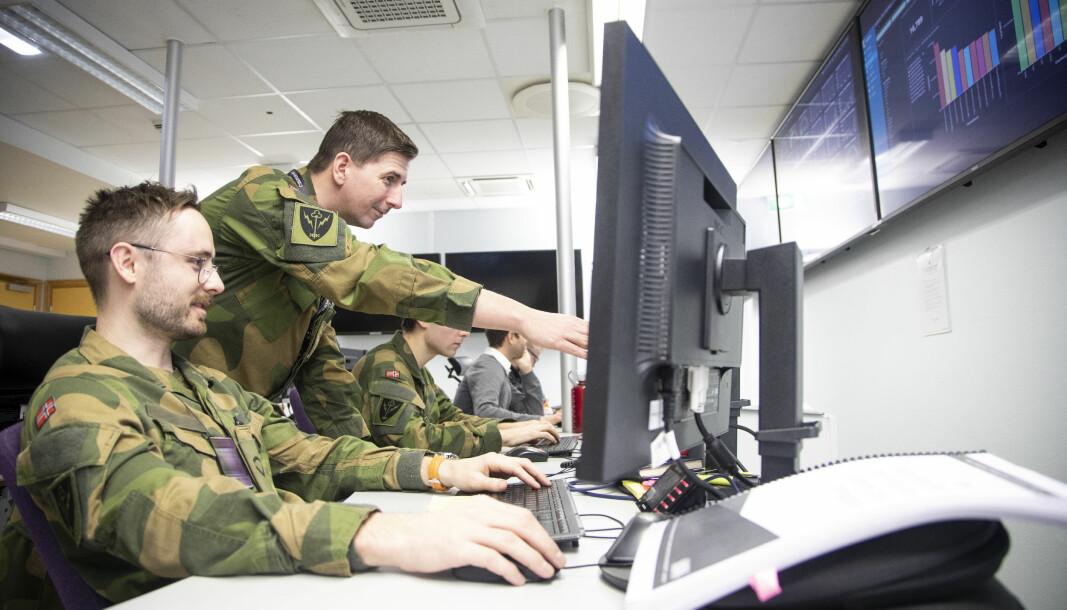 CYBER: Utydelige skiller mellom krig og fred er en utfordring, skriver FFI. Det skyldes blant annet at krigføring foregår på andre arenaer enn tidligere. På bildet ser du ansatte ved Cybersikkerhetssenteret på Jørstadmoen.