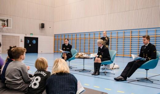 Fra venstre: Marineprest Turid Astrid Reksten, illustratør Kristin Arntzen Andersen og tekstforfatter Martin Krogh lanserte barneboken mandag på Haakonsvern.