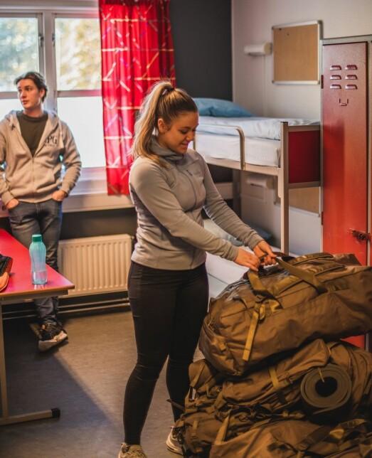 Martine Svensli (19) er fornøyde med utstyret de har hentet.