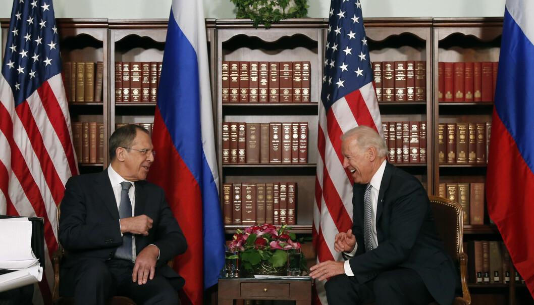 Russland her ved utenriksminister Sergej Lavrov kjenner godt til USAs nye president, sier Jakub Godzmirski. Dette bildet er fra 2013 da Biden var visepresident.