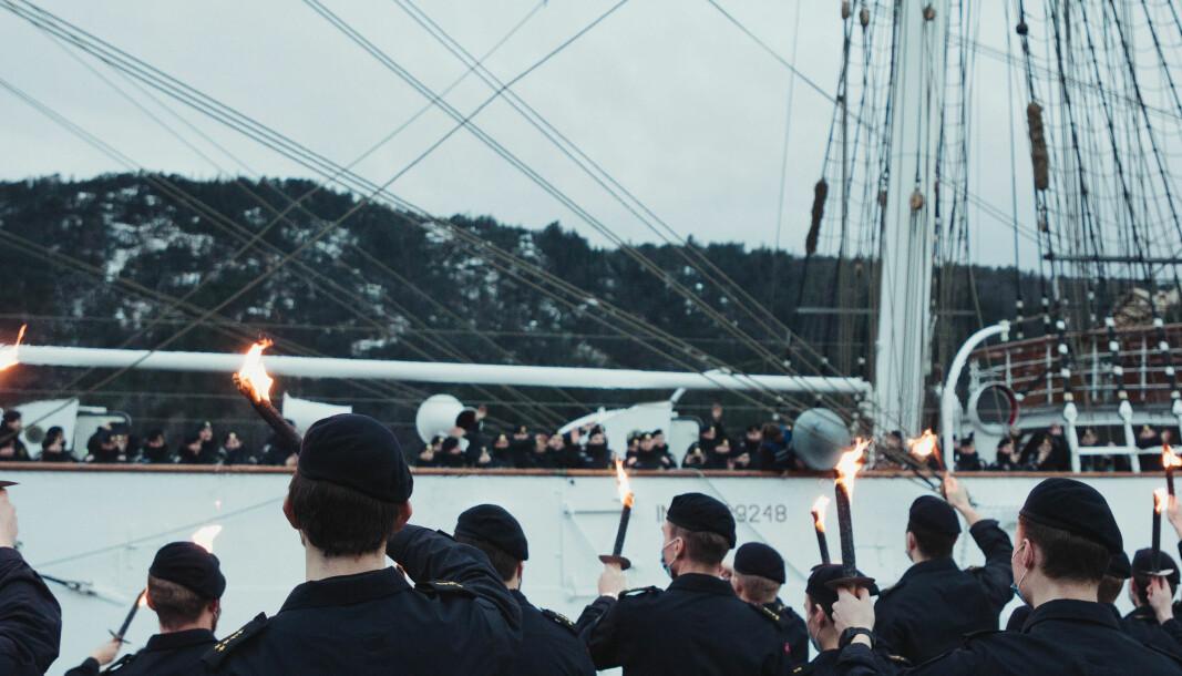 Kadetter ved Sjøkrigsskolen synger sjømannsviser mens Statsraad Lehmkuhl seiler ut fra Haakonsvern fredag.
