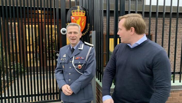 Forsvarsattaché Bjørn Stai og hans assistent Christoffer Killi har kontorer i den norske ambassaden i Stockholm.