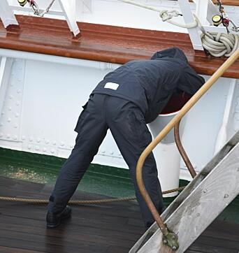 """Øvelse """"sette sjøbein"""" startet røft for noen. Her er en sjøsyk kadett."""