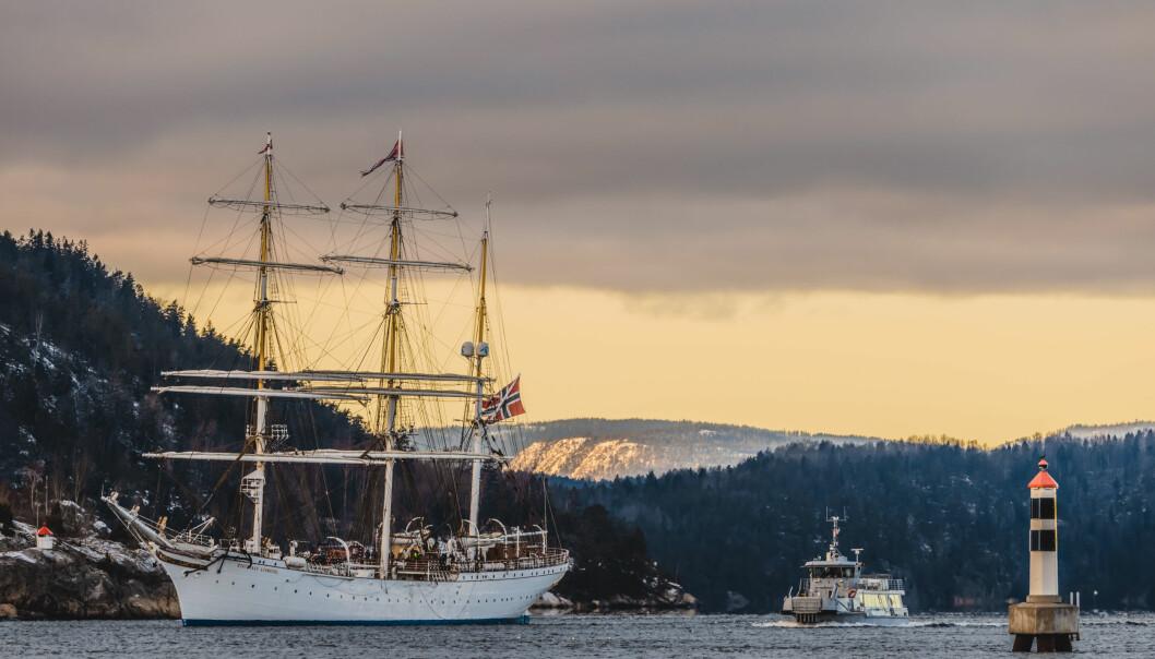 Statsraad Lehmkuhl avbildet i Oslofjorden i forbindelse med skoleseilasen for kadettene ved Sjøkrigsskolen som pågår nå.