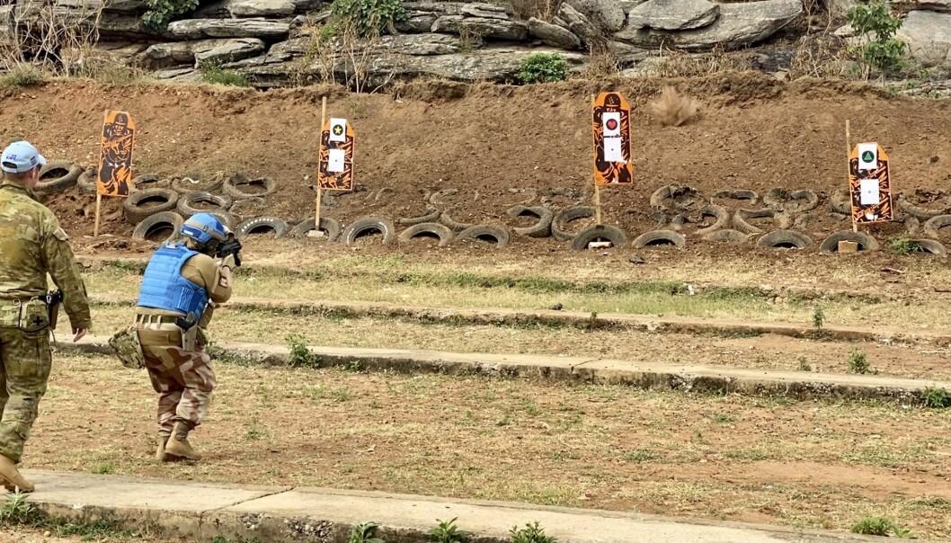 Grunnleggende soldatferdigheter må opprettholdes- også på oppdrag for FN i Sør-Sudan. Her trener Mikalsen sammen med australsk personell.