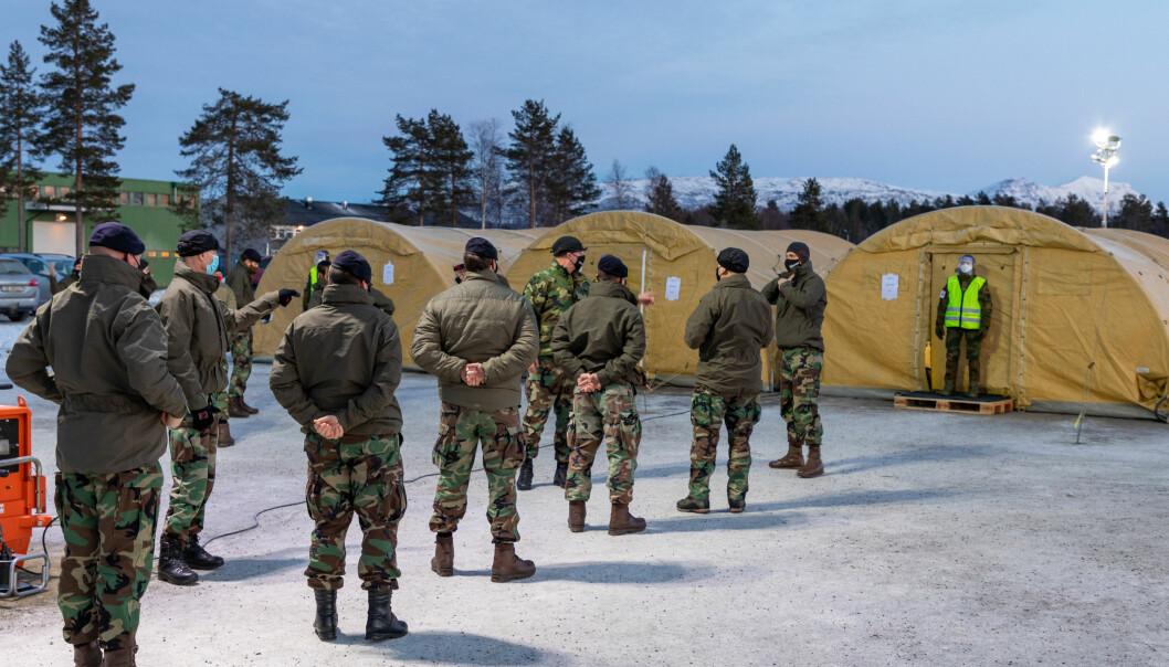 Nederlanske soldater står i kø for koronatesting på Bardufoss.