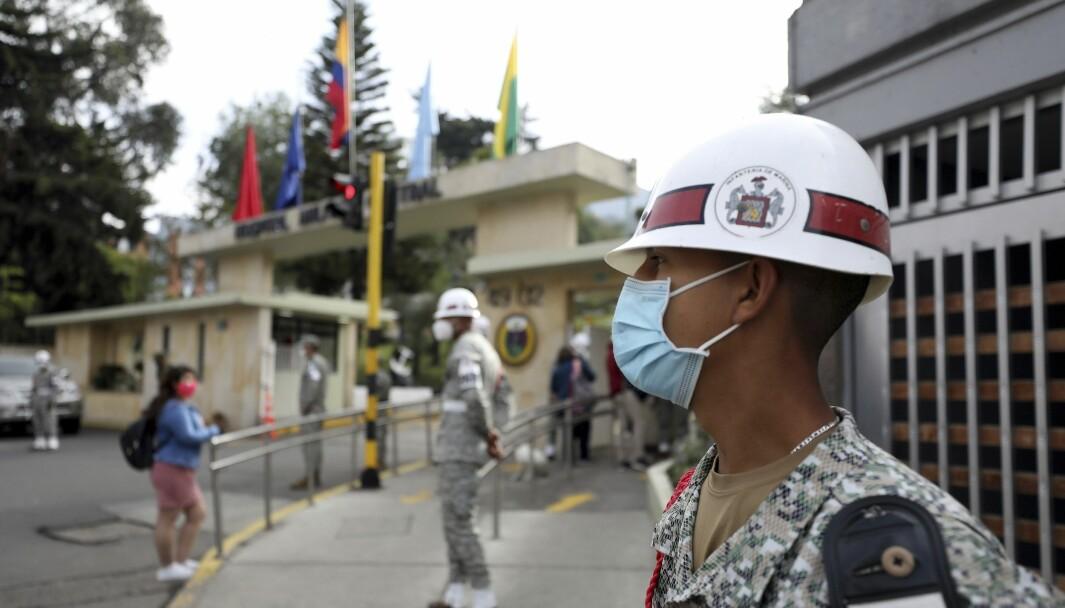 Colombianske soldater står vakt utenfor militærsykehuset hvor forsvarsminister Carlos Holmes Trujillo døde.