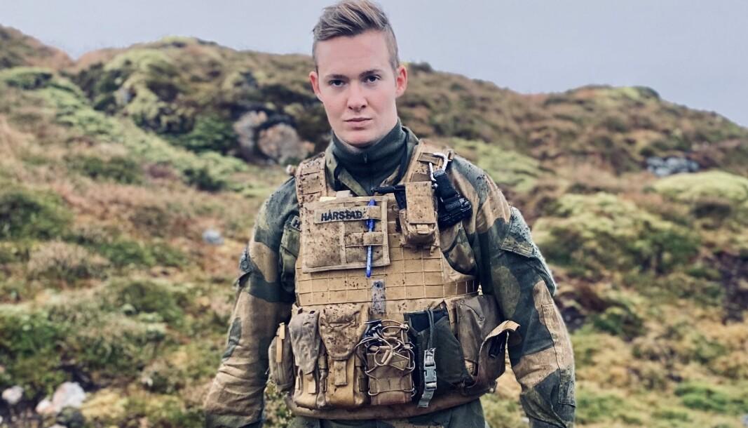 Isak Hårstad står bak den populære Instagram-kontoen Mellomjakka.