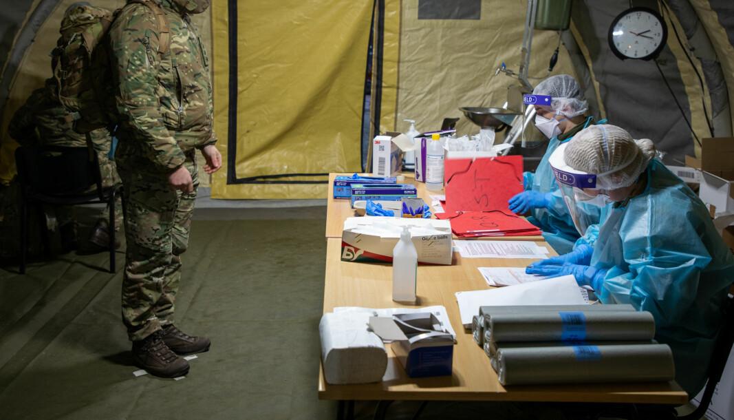 Sanitetsassistent fra Bardufoss sykestue utfører covidtest på britisk soldat. Dette er et illustrasjonsfoto.