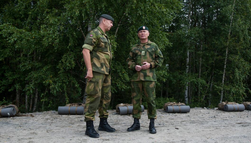 Rune Wenneberg iført et av sine mange par feltstøvler. Her sammen med tidligere sjef for Hæren, Odin Johannessen.