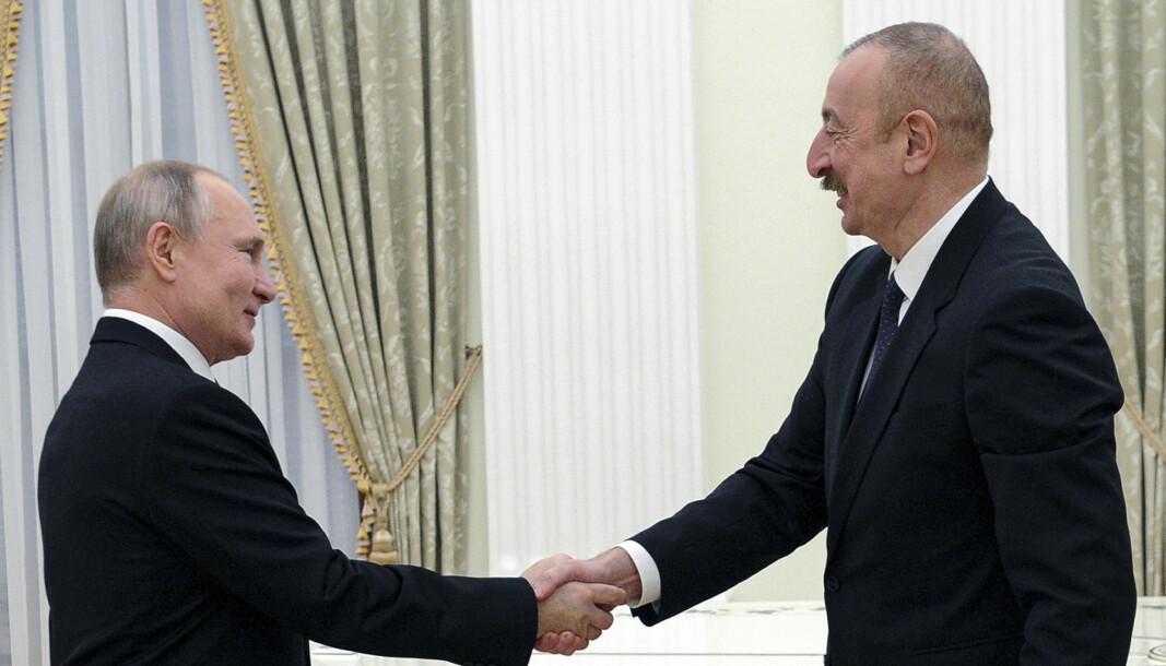President Vladimir Putin håndhilser på Aserbajdsjans president Ilham Alijev i Moskva tidligere i januar.