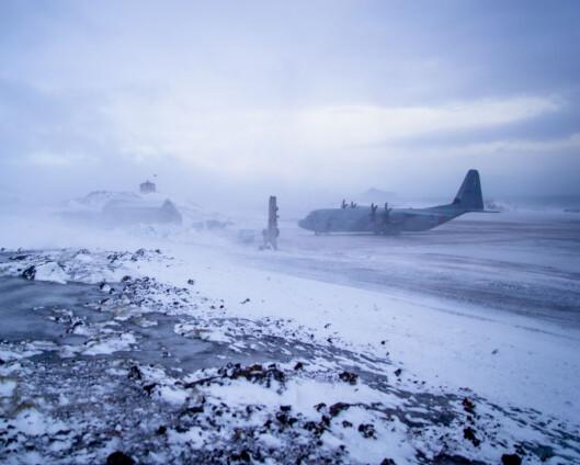 Flyplassen på Jan Mayen forberedes – overlevende og stasjonssjef avhørt