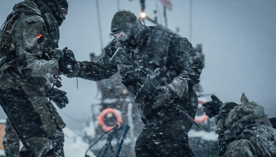 TRENER: – Vi er trygge på at treningen og aktiviteten ute blir gjort forsvarlig, sier talsperson i Hæren Eirik Skomedal. Her ser vi soldater fra Ingeniørbataljonen trene sammen med britiske soldater i Royal Marines i Astafjorden i Troms.